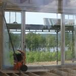 Vy ut genom allrummet på övervåningen. Om man tänker bort kompressorn och byggnadsställningen är det ingen dålig utsikt.