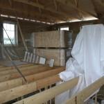 Smart drag att lägga upp byggmaterial på övervåningen innan taket kom på plats...